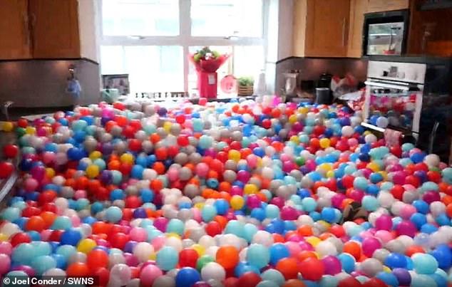 يوتيوبر يفاجئ زوجته وأولاده بـ 250 ألف كرة مطاطية  (2)