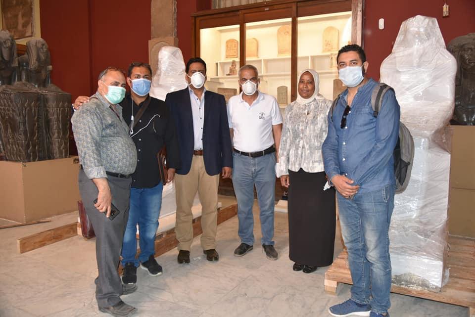 فريق العمل خلال استلام القطع الأثرية (2)