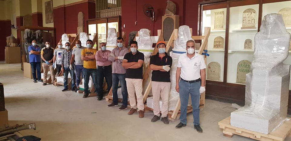 فريق العمل خلال استلام القطع الأثرية (3)