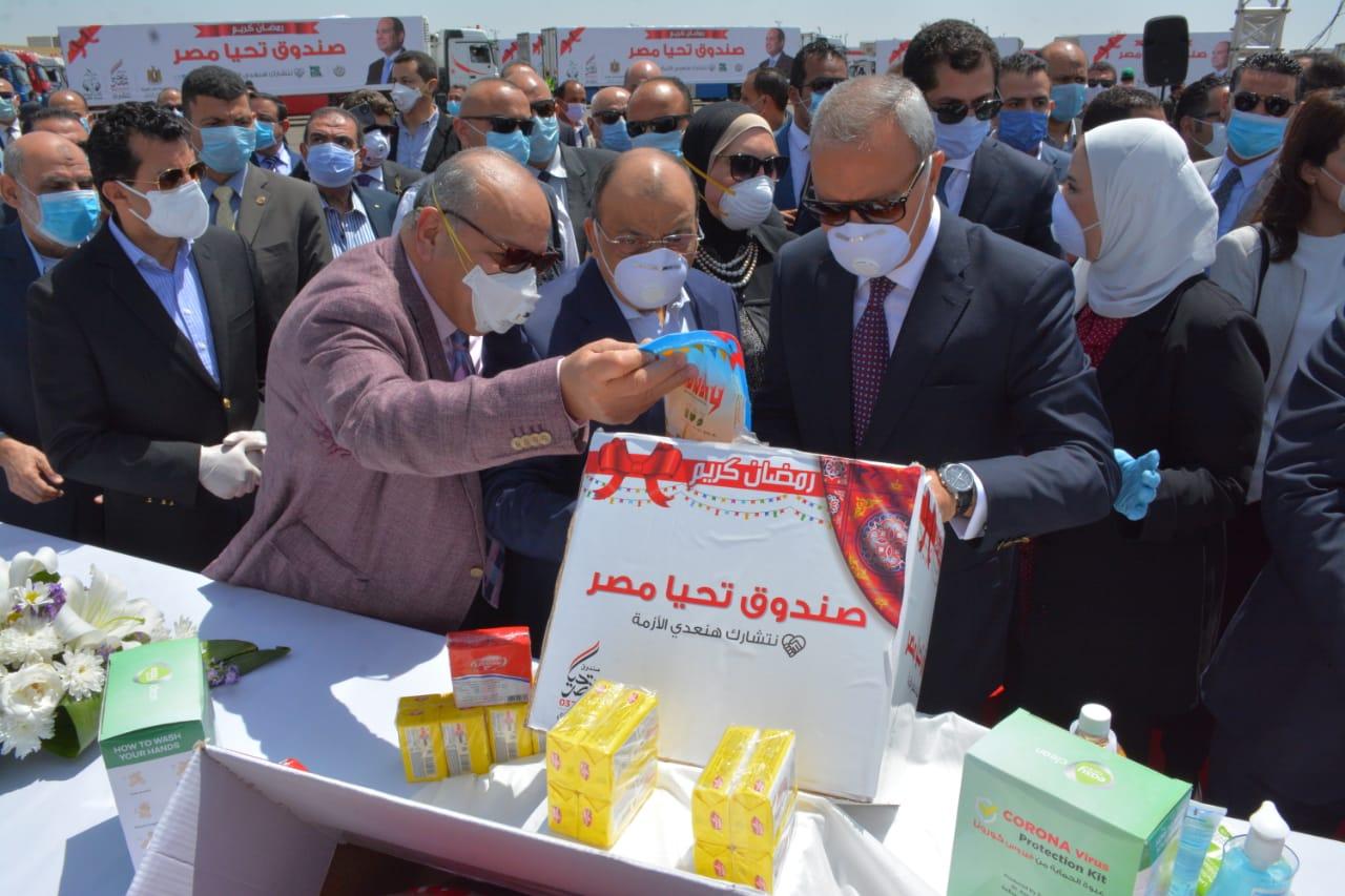 وزير التنمية المحلية يشارك في إطلاق قافلة مواد غذائية ومطهرات في 22 محافظة