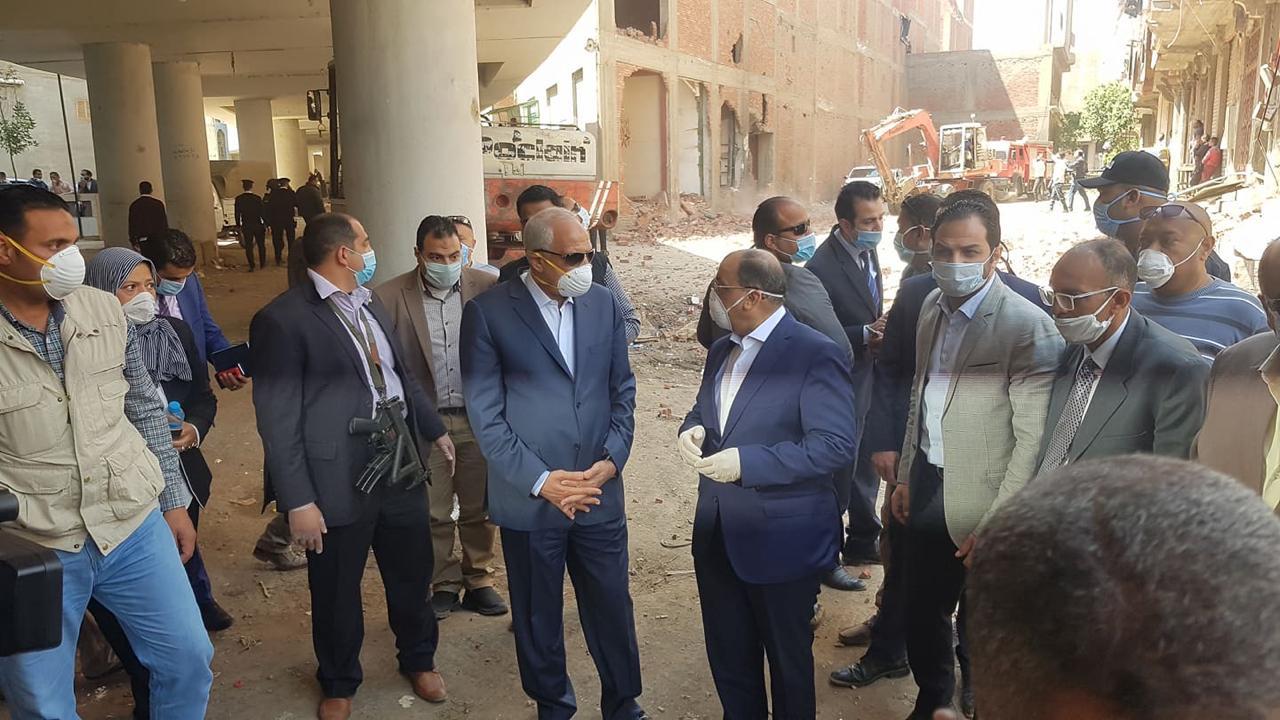وزير التنمية المحلية ومحافظ الجيزة خلال حملة إزالة بالوراق