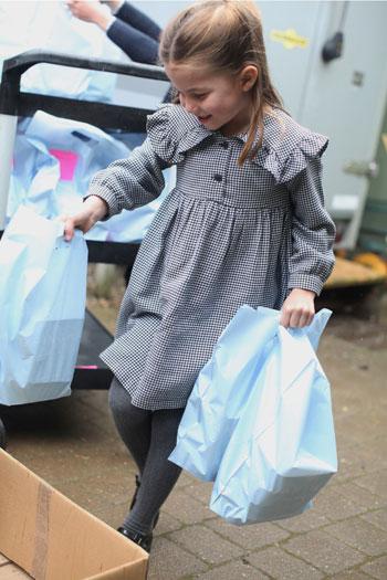 فى عيد ميلادها الخامس .. الأميرة شارلوت تغلف الأطعمة للمناطق المعزولة بسبب كورونا
