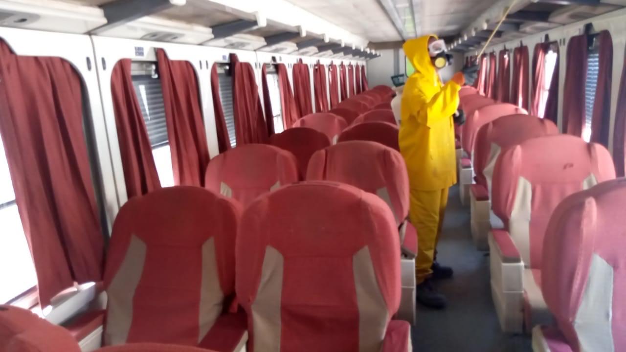 السكة الحديد تواصل أعمال تعقيم المحطات والقطارات ضد كورونا (12)