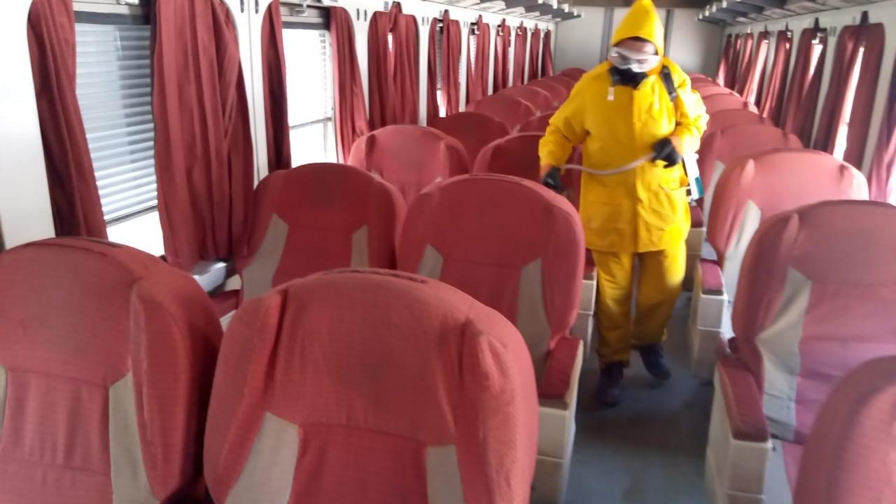 السكة الحديد تواصل أعمال تعقيم المحطات والقطارات ضد كورونا (10)