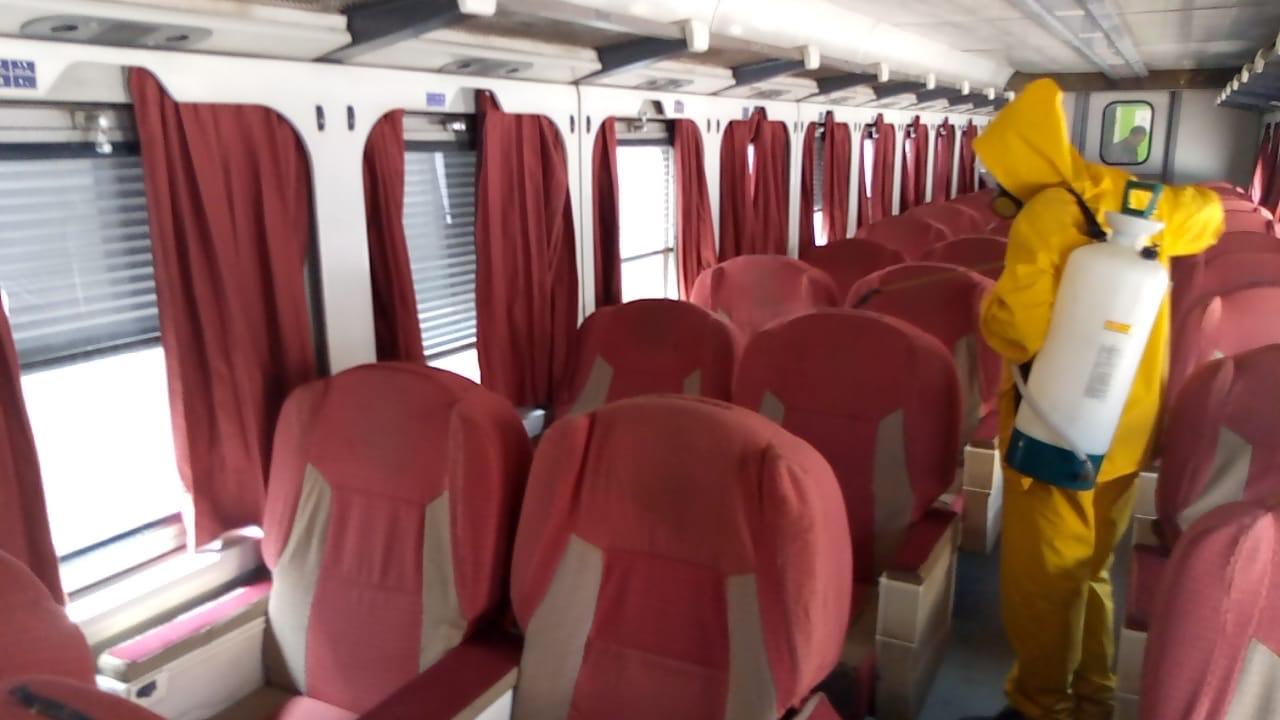 السكة الحديد تواصل أعمال تعقيم المحطات والقطارات ضد كورونا (5)