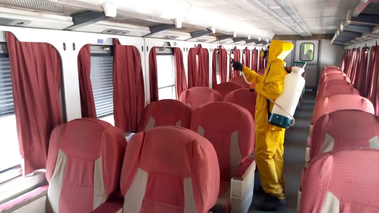 السكة الحديد تواصل أعمال تعقيم المحطات والقطارات ضد كورونا (14)