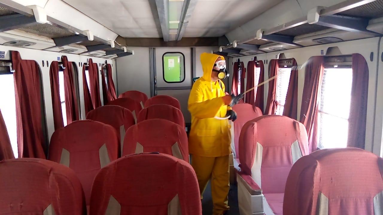 السكة الحديد تواصل أعمال تعقيم المحطات والقطارات ضد كورونا (4)