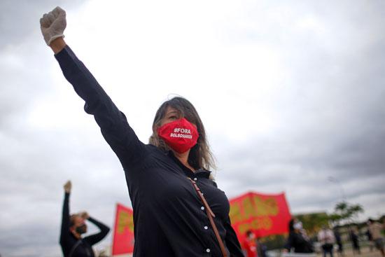 سيدة تهتف ضد الرئيس البرازيلى