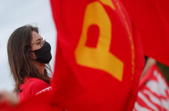 فتاة تخرج للتظاهر ضد بولسونارو
