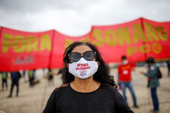 متظاهرة تعارض بولسونارو عبر الكمامة
