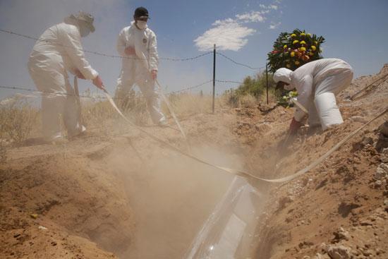 خلال دفن جثة أحد الضحايا
