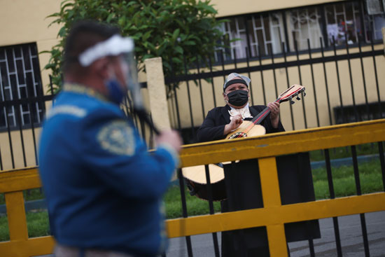 تقديم العرض وسط أحد الأحياء الكولومبية