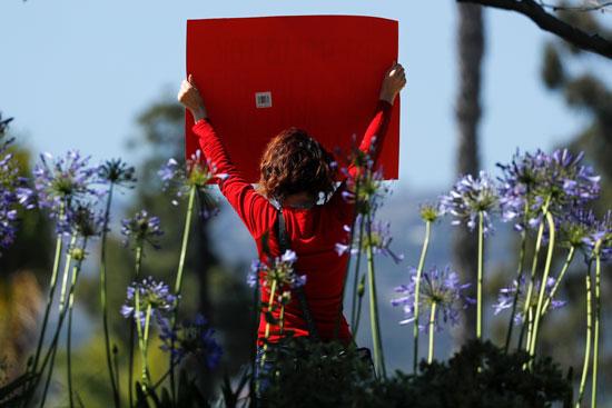 ممرضة ترفع لافتة احتجاجية