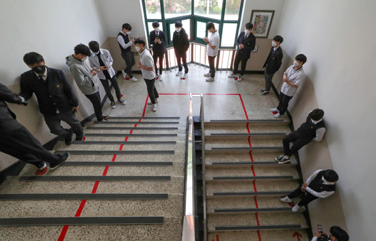 الحفاظ على قانون التباعد الاجتماعى بين الطلاب
