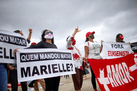 متظاهرات بالكمامة فى شوارع البرازيل