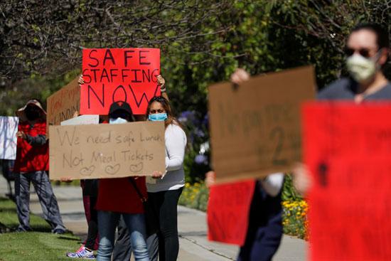 لافتات تدعو لحماية العاملين فى المجال الطبى
