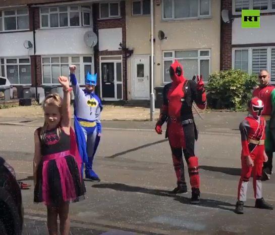 باتمان وروبن فى شوارع بريطانيا