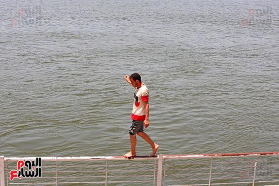 احد الشباب على كورنيش النيل