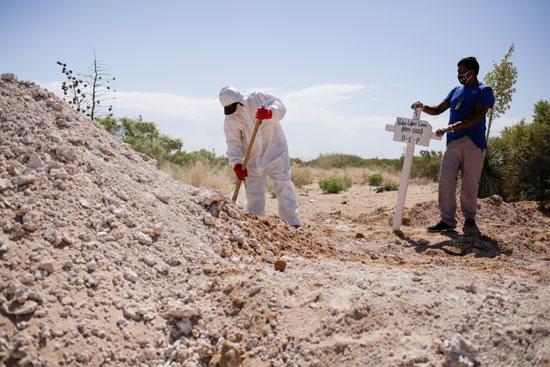الإنتهاء من دفن أحد ضحايا الفيروس