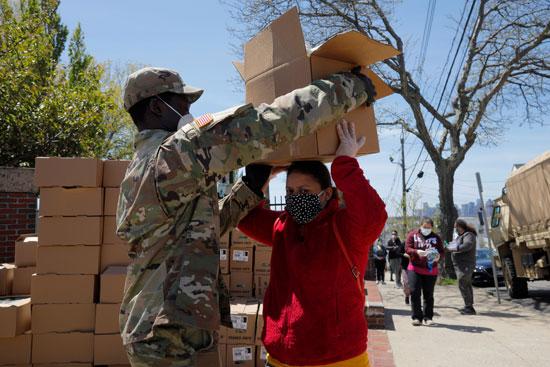 أفراد جيش ماساتشوستس يوزع البقالة المجانية