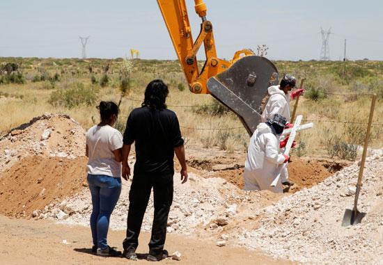 حفر قبر لأحد المتوفيين