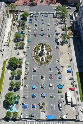 الخيام بعد نصبها فى سان فرانسيسكو