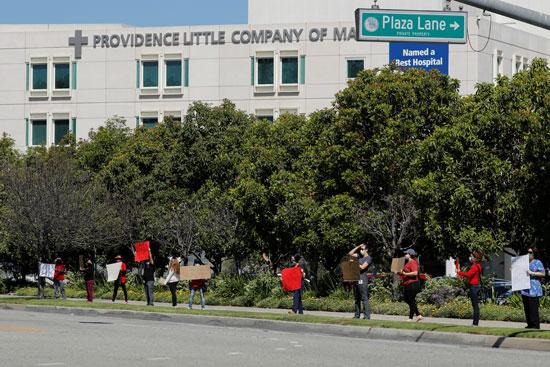 عدد من ممرضات كاليفورنيا تحتشدن احتجاجا على نقص المعدات