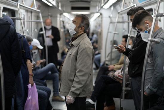 إيرانيون داخل عربة مترو