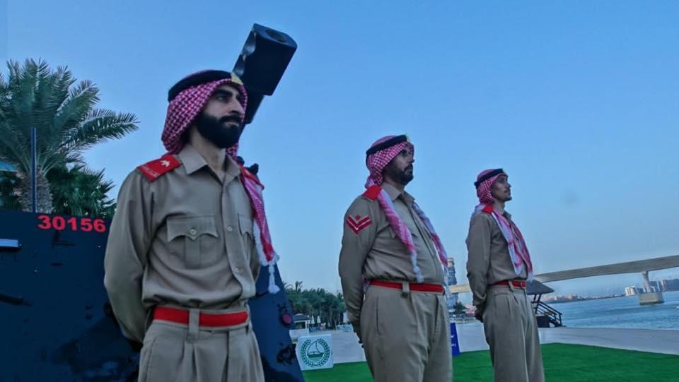 أفراد شرطة دبى بجانب مدفع العيد