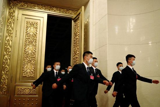 أفراد الأمن يغادرون القاعة بعد الجلسة الافتتاحية للمؤتمر