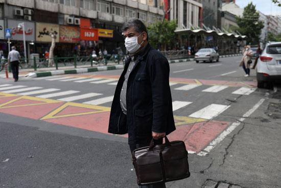 مواطن إيران يرتدى الكمامة
