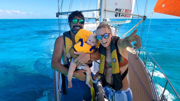 أسرة على متن قارب