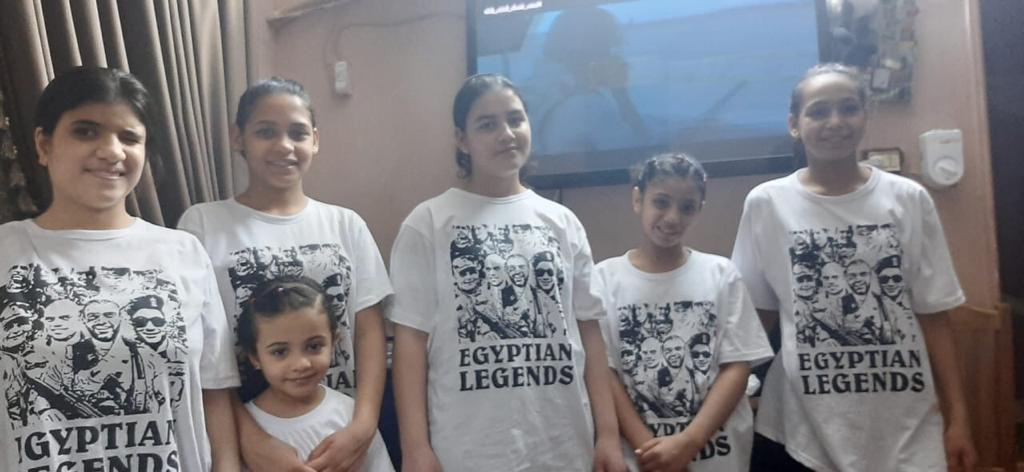 أطفال يرتدون تيشرتات وحوش البرث خلال مشاهدتهم مسلسل الاختيار (5)
