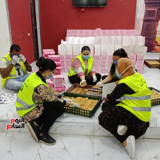 مسلم ومسيحى إيد وحدة ضد فيروس كورونا لمساعدة المتضررين بعين شمس (2)