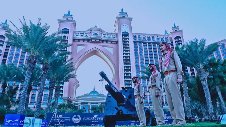 عناصر شرطة دبى تقف بجانب مدفع العيد