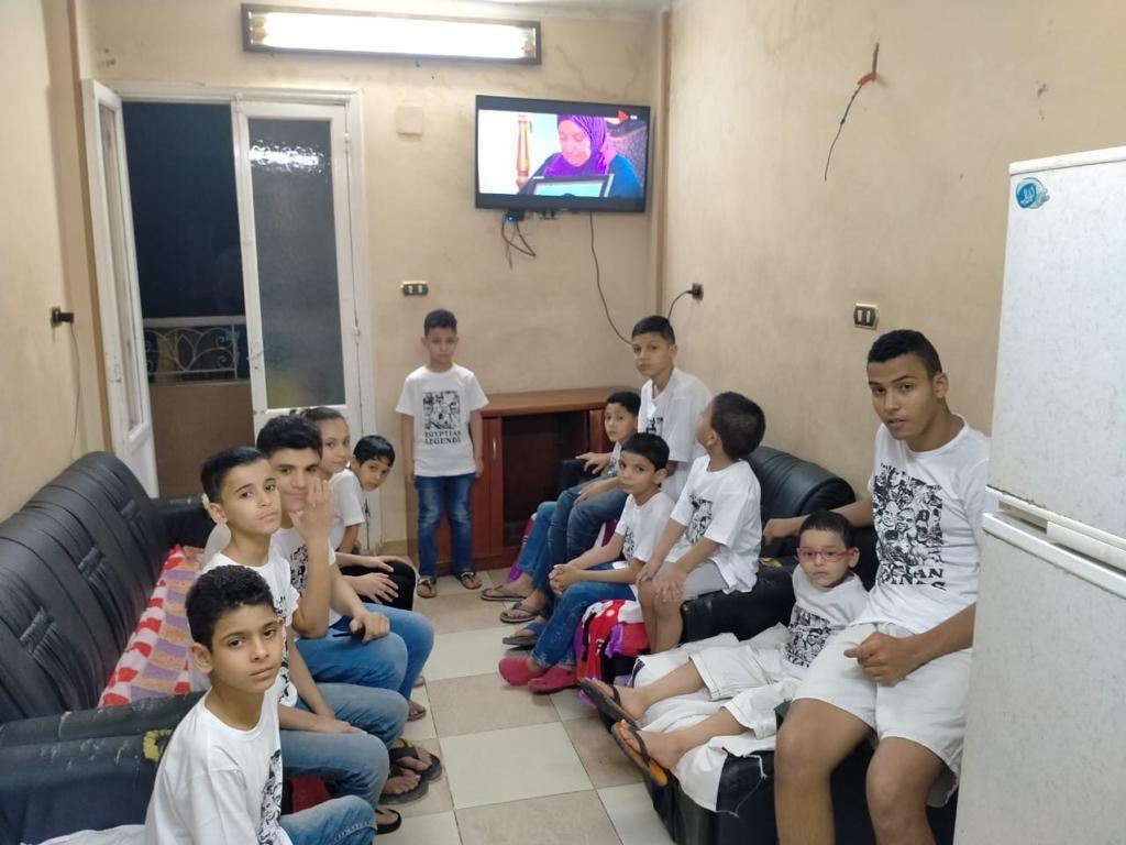 أطفال يرتدون تيشرتات وحوش البرث خلال مشاهدتهم مسلسل الاختيار (4)