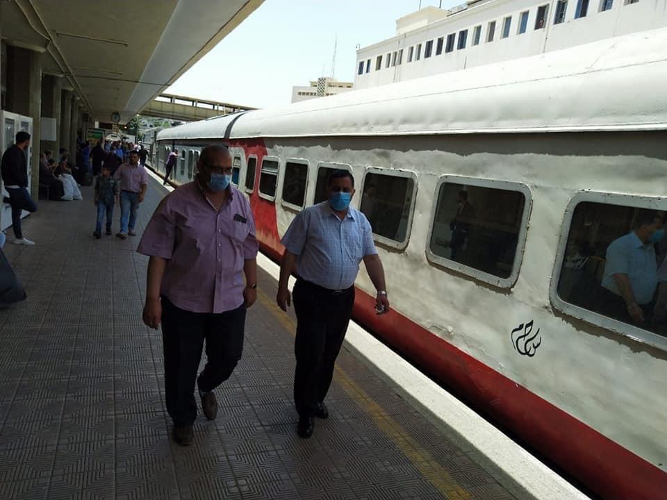 رئيس السكة الحديد يتفقد شبابيك حجز تذاكر محطة القاهرة  (5)