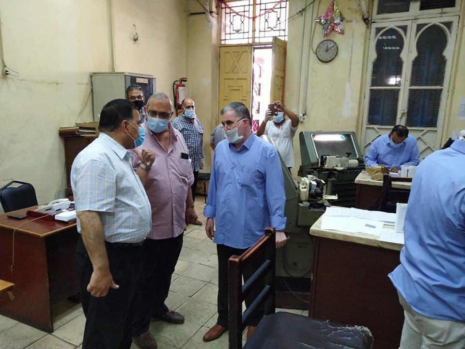 رئيس السكة الحديد يتفقد شبابيك حجز تذاكر محطة القاهرة  (2)