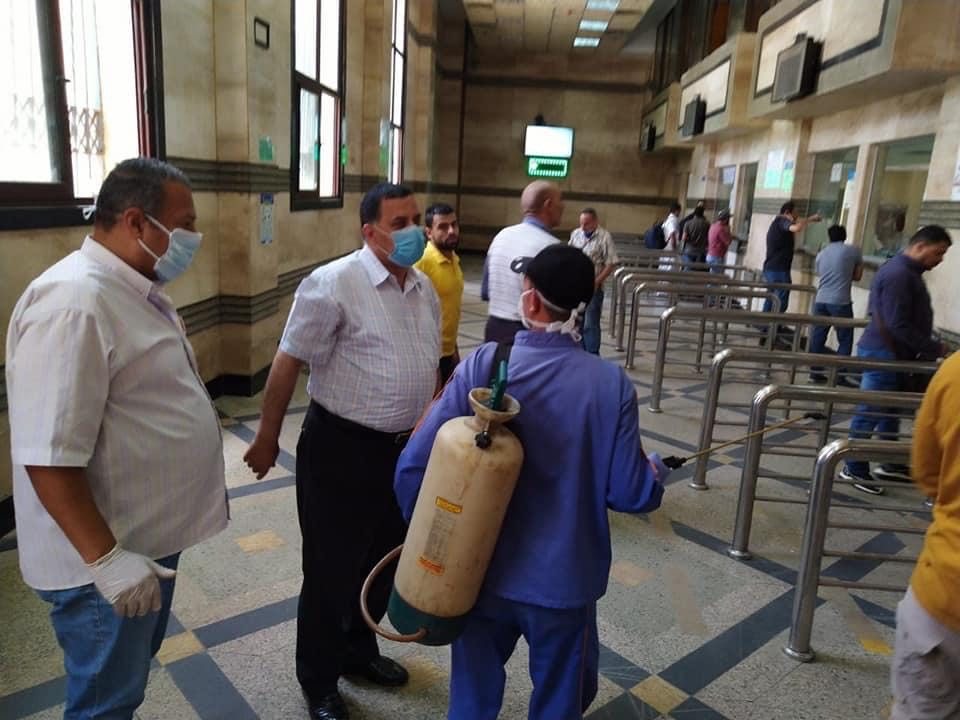 رئيس السكة الحديد يتفقد شبابيك حجز تذاكر محطة القاهرة  (10)