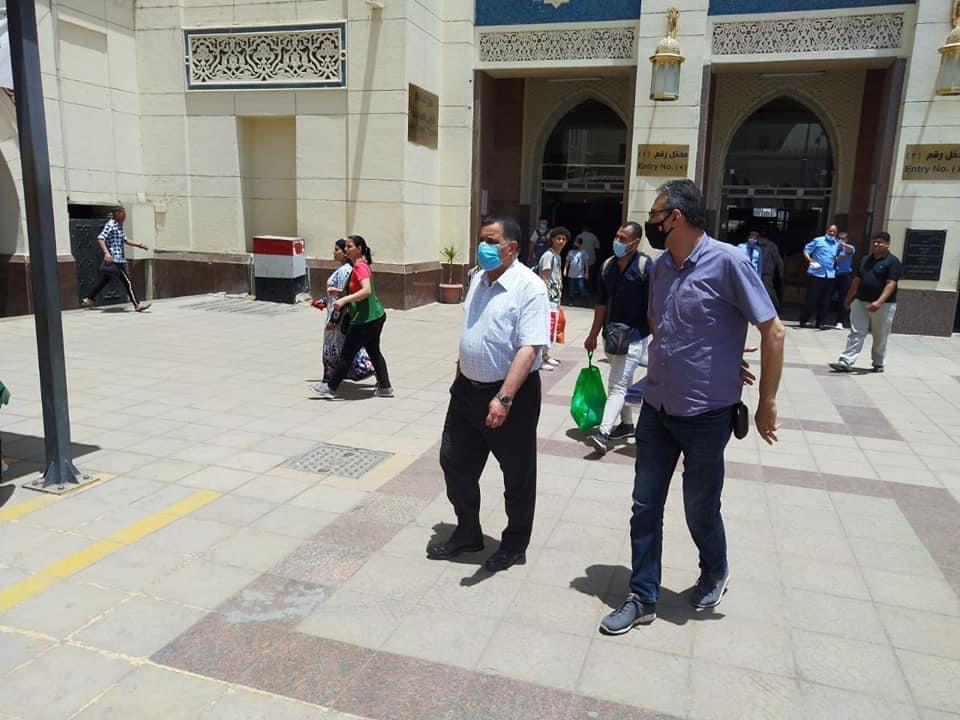 رئيس السكة الحديد يتفقد شبابيك حجز تذاكر محطة القاهرة  (9)