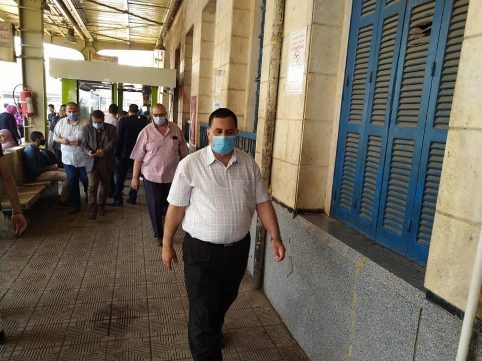 رئيس السكة الحديد يتفقد شبابيك حجز تذاكر محطة القاهرة  (1)