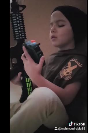 طفل يحاول تقليد المنسي