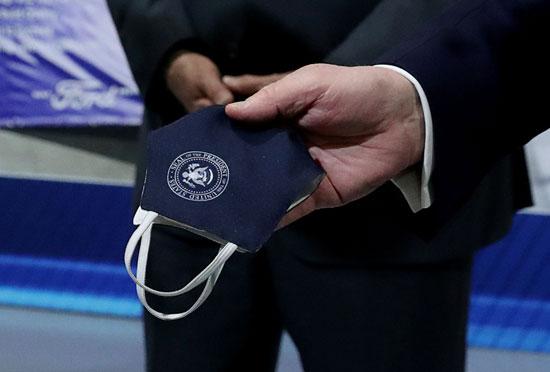 الرئيس الأمريكى يحمل كمامة