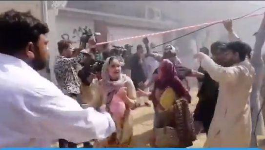النساء تهرع من مكان الحادث