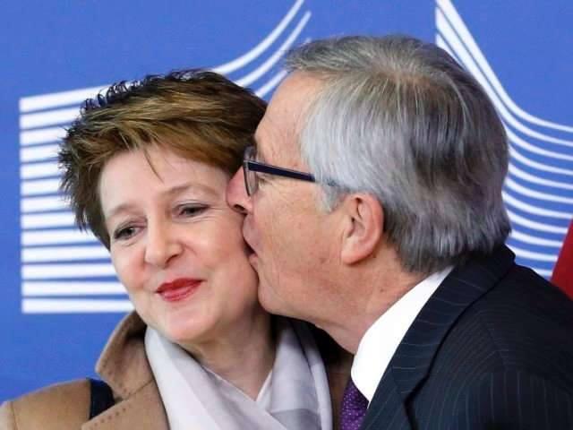 مع زوجها
