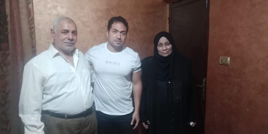 الفنان محمد حمدى مع والد ووالدة الشهيد خالد مغربي وصورة البطل 7