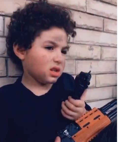 الطفل ياسين بن غنوة شقيقة أنغام  (2)