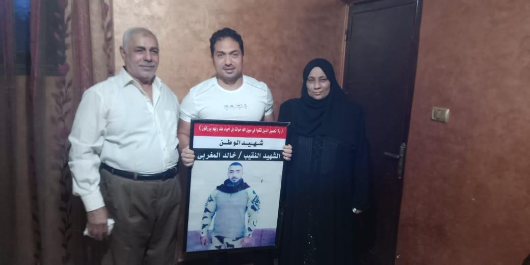 الفنان محمد حمدى مع والد ووالدة الشهيد خالد مغربي وصورة البطل 5