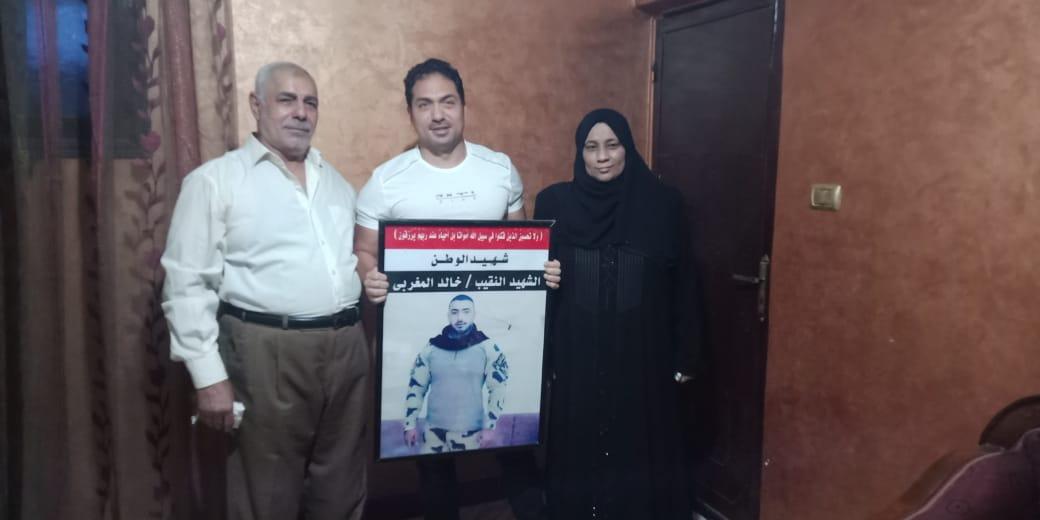 الفنان محمد حمدى مع والد ووالدة الشهيد خالد مغربي وصورة البطل