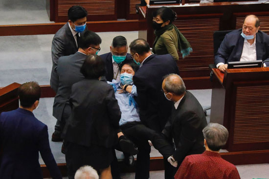 المشرع المؤيد للديمقراطية و تشي واي يتشاجر خلال مسيرة ضد قوانين الأمن الجديدة
